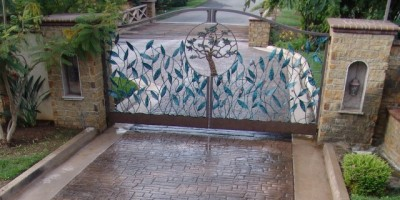 Decorative-stamped-gated-driveway-entrance-with-Ashlar-stamp-pattern.-Appian-0101-e1411532662736